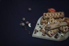 Σύνολο για τα γλυκά και τις ζύμες προγευμάτων με τα καρύδια για το τσάι σε ένα BL Στοκ εικόνες με δικαίωμα ελεύθερης χρήσης