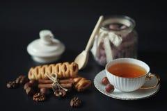 Σύνολο για τα γλυκά και τις ζύμες προγευμάτων με τα καρύδια για το τσάι σε ένα BL Στοκ φωτογραφίες με δικαίωμα ελεύθερης χρήσης