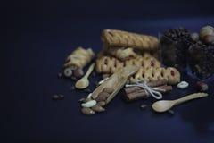 Σύνολο για τα γλυκά και τις ζύμες προγευμάτων με τα καρύδια για το τσάι σε ένα BL Στοκ Εικόνα
