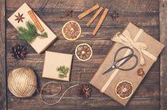 Σύνολο για το τύλιγμα δώρων Χριστουγέννων Παρουσιάζει τις εμπνεύσεις τυλίγματος Στοκ Φωτογραφία