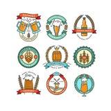 Σύνολο γραμμικών λογότυπων ζυθοποιείων Ετικέτες με τα μπουκάλια και τους λυκίσκους διανυσματική απεικόνιση