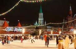Σύνολο δαχτυλιδιών πατινάζ των ανθρώπων στην κόκκινη πλατεία κατά τη διάρκεια του χρόνου τ Χριστουγέννων Στοκ φωτογραφίες με δικαίωμα ελεύθερης χρήσης