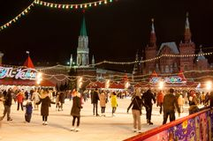Σύνολο δαχτυλιδιών πατινάζ των ντόπιων και των τουριστών στην κόκκινη πλατεία κατά τη διάρκεια του χρόνου Χριστουγέννων Στοκ Φωτογραφίες