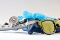 Σύνολο διαγνωστικών εργαλείων ιατρών ` s - στηθοσκόπιο ή phonendoscope, κοντά στα ιατρικά γάντια και τα γυαλιά που βρίσκονται στο Στοκ φωτογραφία με δικαίωμα ελεύθερης χρήσης