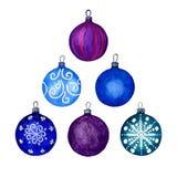 Σύνολο διακοσμητικών στοιχείων Χριστουγέννων, μπλε και πορφυρών σφαιρών Χωριστά στοιχεία σε ένα άσπρο υπόβαθρο Illustratio χεριών στοκ φωτογραφία με δικαίωμα ελεύθερης χρήσης