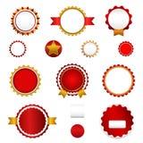 Σύνολο διακριτικών, ετικετών και αυτοκόλλητων ετικεττών πώλησης χωρίς κείμενο στο κόκκινο Στοκ εικόνα με δικαίωμα ελεύθερης χρήσης