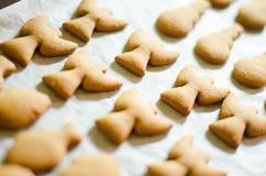 Σύνολο διαμορφωμένων θέμα μπισκότων Χριστουγέννων στο άσπρο μαγειρεύοντας υπόβαθρο εγγράφου Ange, χιονάνθρωπος και ψάρια Στοκ εικόνες με δικαίωμα ελεύθερης χρήσης