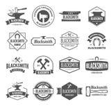 Σύνολο διανυσματικών στοιχείων, ετικετών, διακριτικών και σκιαγραφιών logotypes για το σιδηρουργό διανυσματική απεικόνιση