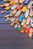 Σύνολο διαφορετικά ζωηρόχρωμα εκλεκτής ποιότητας ολλανδικά ξύλινα clogs στοκ φωτογραφία με δικαίωμα ελεύθερης χρήσης