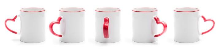 Σύνολο διαφορετικών απόψεων του άσπρου φλυτζανιού με την κόκκινη λαβή στη μορφή καρδιών Στοκ φωτογραφία με δικαίωμα ελεύθερης χρήσης