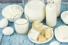 Σύνολο διαφορετικών γαλακτοκομικών προϊόντων στο ξύλινο υπόβαθρο στοκ εικόνες με δικαίωμα ελεύθερης χρήσης