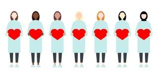 Σύνολο διαφορετικών διανυσματικών γυναικών φυλών στα μακριά φορέματα που κρατούν τις καρδιές Χαριτωμένο και απλό σύγχρονο επίπεδο διανυσματική απεικόνιση