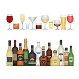 Σύνολο διαφορετικών μπουκαλιού και γυαλιών οινοπνεύματος Ποτά οινοπνεύματος Ελεύθερη απεικόνιση δικαιώματος
