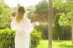 Σύνολο δωματίου ξενοδοχείου των ακτίνων ήλιων φωτός του ήλιου Αισιόδοξη έναρξη Ξανθός καφές κατανάλωσης γυναικών στο φως της ημέρ στοκ φωτογραφίες με δικαίωμα ελεύθερης χρήσης