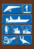 Σύνολο εικονιδίων των υπαίθριων δραστηριοτήτων: διόπτρες, πυξίδα, πεζοπορία, αναρρίχηση Εικονίδια στο μπλε χρώμα στο ξύλινο υπόβα Στοκ Εικόνα