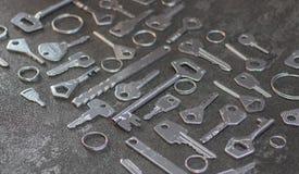 Σύνολο εκλεκτής ποιότητας κλειδιών που χρωματίζονται στο ασήμι στοκ φωτογραφίες