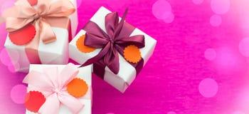 Σύνολο εμβλημάτων Α δώρων που συσκευάζονται στα όμορφα κιβώτια Στοκ Εικόνες
