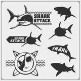 Σύνολο εμβλημάτων σερφ με τον καρχαρία Στοιχεία σχεδίου κυματωγών Σχέδιο τυπωμένων υλών για τις μπλούζες στοκ εικόνα