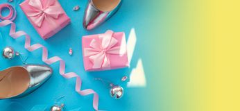 Σύνολο εμβλημάτων του women&#x27 το τοπ επίπεδο άποψης αφισών Χριστουγέννων σφαιρών Χριστουγέννων δώρων κιβωτίων παπουτσιών εξαρτ απεικόνιση αποθεμάτων
