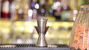 Σύνολο εξοπλισμού για bartender, που αναμιγνύει το γυαλί, δονητής κοκτέιλ, φραγμός απόθεμα βίντεο