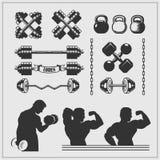 Σύνολο εξοπλισμού γυμναστικής, στοιχείων σχεδίου και σκιαγραφιών bodybuilders ελεύθερη απεικόνιση δικαιώματος