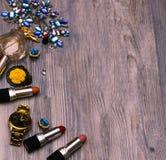 Σύνολο επαγγελματικών διακοσμητικών καλλυντικών, makeup εργαλεία και εξάρτημα στο υπόβαθρο έννοια ομορφιάς, μόδας, κομμάτων και α στοκ φωτογραφία με δικαίωμα ελεύθερης χρήσης