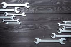 Σύνολο επιχρωμιωμένων γαλλικών κλειδιών σε έναν σκοτεινό ξύλινο πάγκο εργασίας Τοπ άποψη, διάστημα αντιγράφων στοκ εικόνα