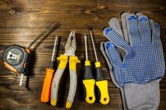 Σύνολο εργαλείων εργασίας στο ξύλινο υπόβαθρο Στοκ εικόνα με δικαίωμα ελεύθερης χρήσης