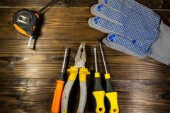 Σύνολο εργαλείων εργασίας στο ξύλινο υπόβαθρο Στοκ Φωτογραφία