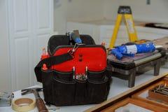 σύνολο εργαλείων σε μια τσάντα στο ξύλινο υπόβαθρο Στοκ φωτογραφία με δικαίωμα ελεύθερης χρήσης