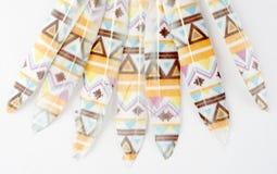 σύνολο ζωηρόχρωμου τυπωμένου φτερού που απομονώνεται στο άσπρο υπόβαθρο Στοκ Εικόνες