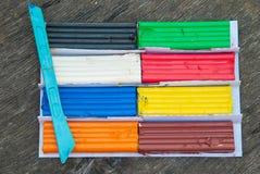 Σύνολο ζωηρόχρωμων ραβδιών plasticine που απομονώνεται στο ξύλινο υπόβαθρο Κομμάτι αργίλου διαμόρφωσης ουράνιων τόξων για το παιχ στοκ φωτογραφία με δικαίωμα ελεύθερης χρήσης