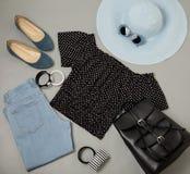 Σύνολο θερινής μόδας μπλε καπέλου, τζιν, κορυφή Πόλκα-σημείων, παπούτσια και Στοκ Εικόνες