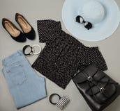 Σύνολο θερινής μόδας μπλε καπέλου, τζιν, κορυφή Πόλκα-σημείων, παπούτσια και Στοκ φωτογραφία με δικαίωμα ελεύθερης χρήσης