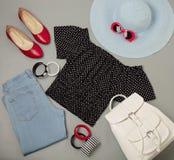 Σύνολο θερινής μόδας μπλε καπέλου, τζιν, τοπ, κόκκινα παπούτσια Πόλκα-σημείων Στοκ εικόνες με δικαίωμα ελεύθερης χρήσης