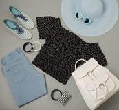 Σύνολο θερινής μόδας μπλε καπέλου, τζιν, τοπ, ριγωτό sn Πόλκα-σημείων Στοκ φωτογραφία με δικαίωμα ελεύθερης χρήσης