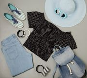 Σύνολο θερινής μόδας μπλε καπέλου, τζιν, τοπ, ριγωτό sn Πόλκα-σημείων Στοκ εικόνες με δικαίωμα ελεύθερης χρήσης