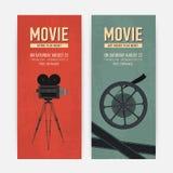 Σύνολο κάθετων προτύπων εμβλημάτων με την παλαιά κάμερα στο τρίποδο, το εξέλικτρο ταινιών και τη θέση για το κείμενο Ζωηρόχρωμο ε ελεύθερη απεικόνιση δικαιώματος