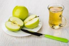 Σύνολο και μισά των πράσινων μήλων, φλυτζάνι του χυμού μήλων Στοκ Φωτογραφίες