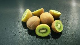 Σύνολο και περικοπή kiwifruit στον πίνακα απόθεμα βίντεο