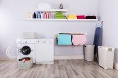 Σύνολο καλαθιών των βρώμικων ενδυμάτων στο δωμάτιο πλυντηρίων στοκ εικόνες