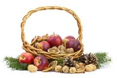 Σύνολο καλαθιών των μήλων, καρύδια, κανέλα Στοκ Εικόνα