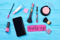Σύνολο καλλυντικών και smartphone μόδας στοκ εικόνες