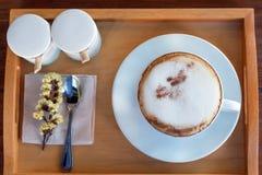 Σύνολο καφέ, cappuccino στο άσπρο φλυτζάνι καφέ στον ξύλινο πίνακα, cof Στοκ φωτογραφία με δικαίωμα ελεύθερης χρήσης