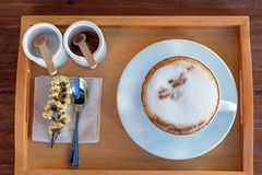 Σύνολο καφέ, cappuccino στο άσπρο φλυτζάνι καφέ στον ξύλινο πίνακα, cof Στοκ Εικόνες