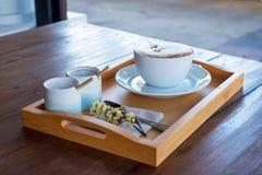 Σύνολο καφέ, cappuccino στο άσπρο φλυτζάνι καφέ στον ξύλινο πίνακα, cof Στοκ Φωτογραφίες