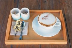 Σύνολο καφέ, cappuccino στο άσπρο φλυτζάνι καφέ στον ξύλινο πίνακα, cof Στοκ εικόνες με δικαίωμα ελεύθερης χρήσης
