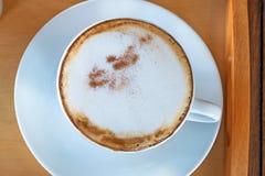 Σύνολο καφέ, cappuccino στο άσπρο φλυτζάνι καφέ στον ξύλινο πίνακα, cof Στοκ εικόνα με δικαίωμα ελεύθερης χρήσης