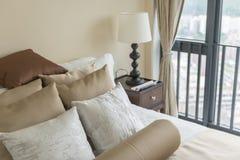 σύνολο καφετιών μαξιλαριών στο κρεβάτι στην κλασική κρεβατοκάμαρα Στοκ εικόνα με δικαίωμα ελεύθερης χρήσης