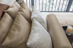 σύνολο καφετιών μαξιλαριών στο κρεβάτι στην κλασική κρεβατοκάμαρα Στοκ φωτογραφία με δικαίωμα ελεύθερης χρήσης